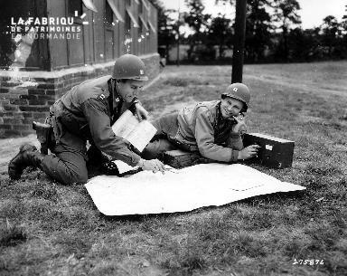 Deux soldats américains utilisant du matériel de transmission