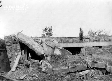 Soldat américain et bunker détruit
