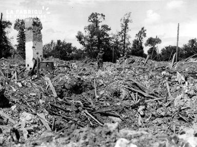 Soldats américains parmi les décombres