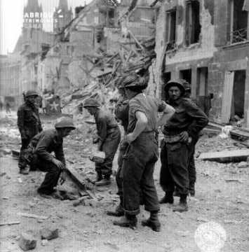 Soldats canadiens dans les décombres de Caen