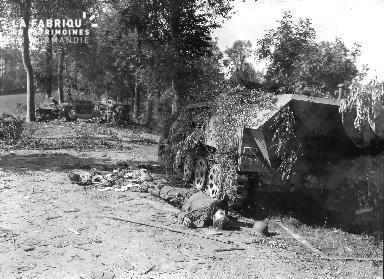 Soldat allemand mort à côté d'un engin blindé