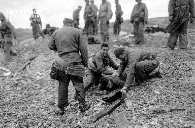 Secours à un soldat à terre (Omaha Beach)