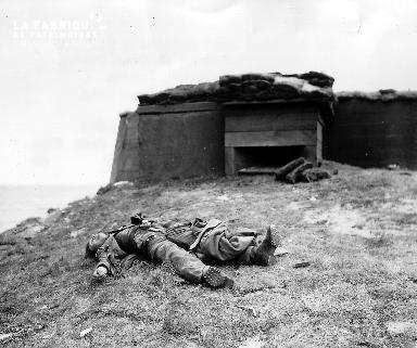 Soldat allemand mort près d'un bunker