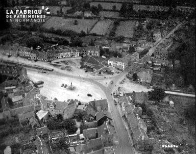 Vue aérienne de la place du marché à Balleroy