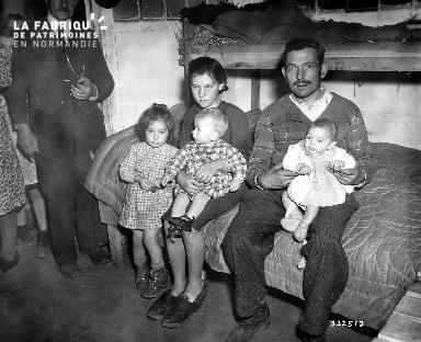 Famille au centre des réfugiés