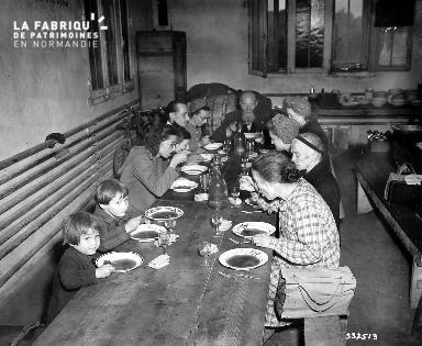 Repas au centre d' accueil des réfugiés