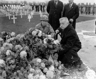 Le colonel Williams D. Bridges près d'une sépulture