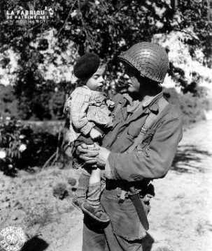 Soldat américain portant un enfant