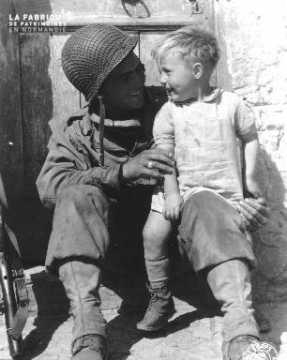 Soldat américain Linden Fred avec un enfant
