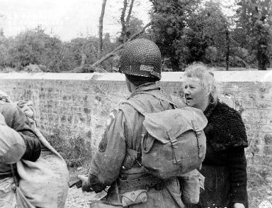 Vieille femme discutant avec un soldat américain