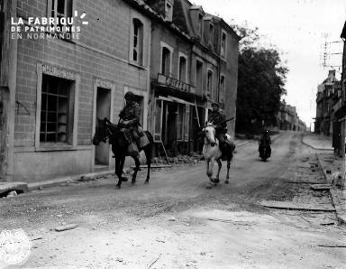 Deux soldats américains patrouillent à cheval