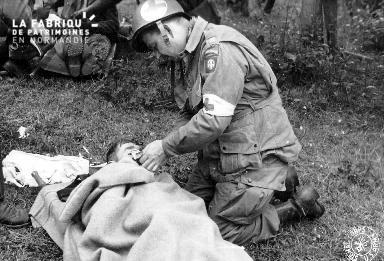 Médecin capitaine allumant une cigarette à un blessé allemand