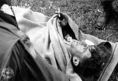 Soldat allemand blessé fumant une cigarette