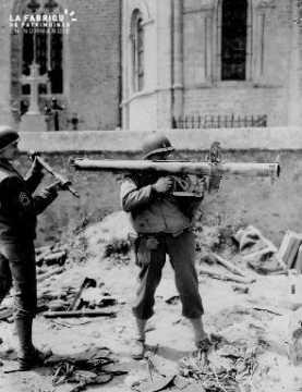 Soldat américain armé d'un bazooka allemand