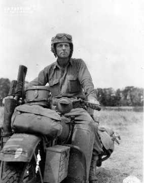 Private  Robert J. Vance à bord d'une moto