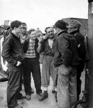Discussion entre marins américains et prisonniers allemands