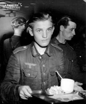 Jeune prisonnier allemand avec un plateau repas