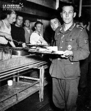 Prisonnier allemand tenant un plateau
