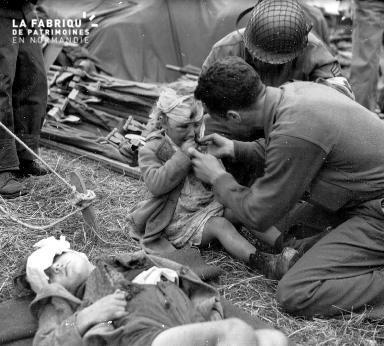 Fillette blessée, soignée par un soldat