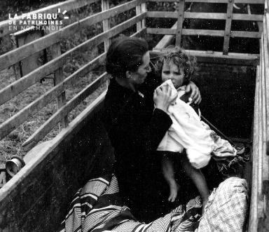 Une enfant et sa maman fuyant les bombardements