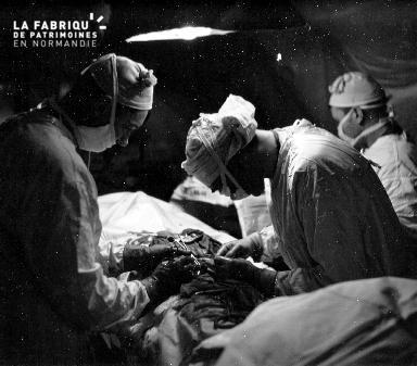 Opération chirurgicale dans un hôpital de campagne