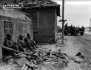Pause de soldats américains auprès d'un bunker (jeep)