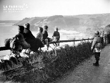 Enfants et soldat regardant dans la même direction à Blackpool Sands