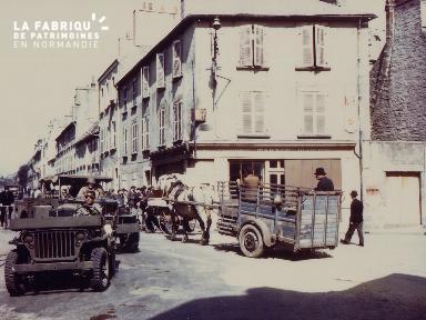 Militaires  à bord de jeeps et civils en charrette