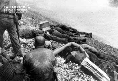 Cadavres sur la plage de galets à Omaha beach