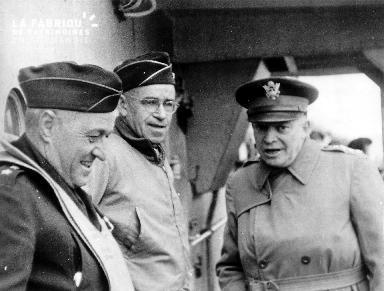 Dwight Eisenhower en compagnie des généraux Omar Bradley et Clarence Huebner