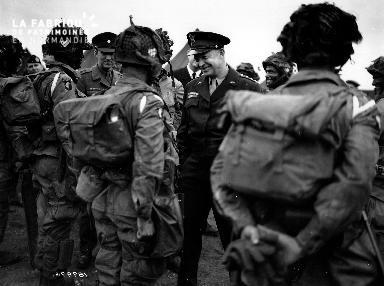 Général Eisenhower entouré de ses troupes