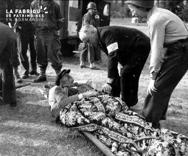 Homme blessé allongé sur une civière
