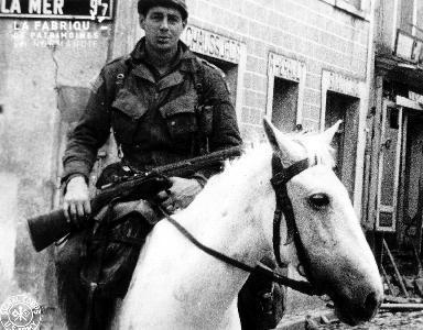 Un soldat américain patrouille à cheval blanc