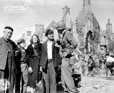 Portrait de groupe dans les ruines d'Isigny-sur-Mer