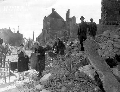 Civils dans les décombres