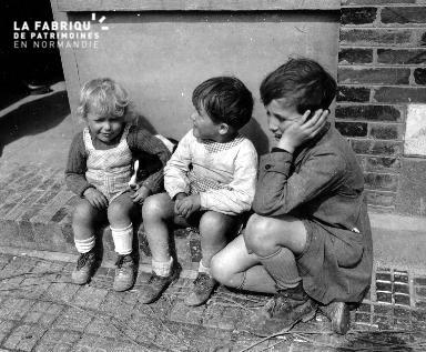 Trois enfants et un chien