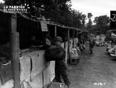 Stands de fortune (ravitaillement et équipement) dans un campement militaire américain