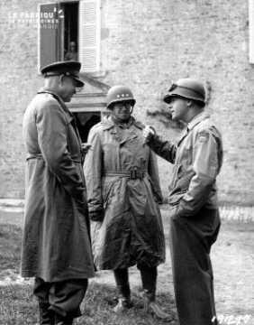 Entretien entre officiers (Eisenhower, Lawton et Bradley)