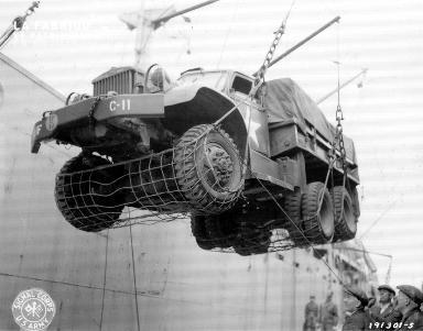 Chargement d'un véhicule militaire dans un cargo au Royaume Uni