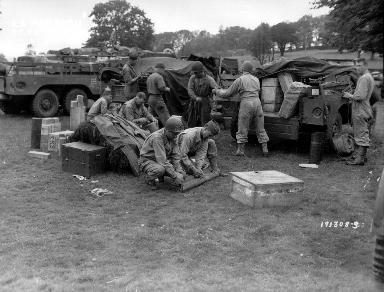 Soldats américains près de la Haye du Puits (jeep et équipement militaire)