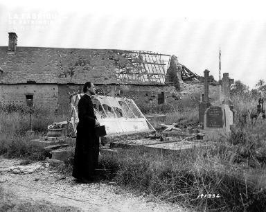 Abbé Lecourtois devant les ruines