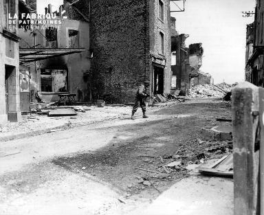 Un soldat américain avance prudemment parmi les décombres.