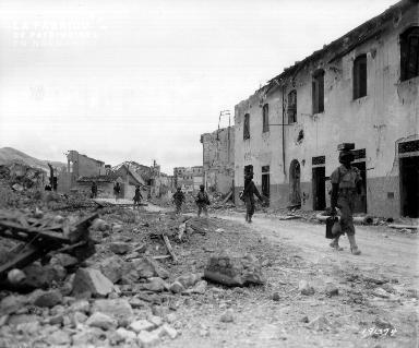 En italie, le 18 juin 1944, des tirailleurs sénégalais du 12e RTS inspectent les ruines de Portoferraio (île d'Elbe).