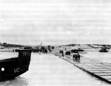 Ponton (causeway) dans le secteur d'Utah Beach (bateau, jeep et véhicules militaires)