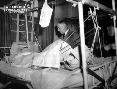 Blessé dans un lit d'hôpital
