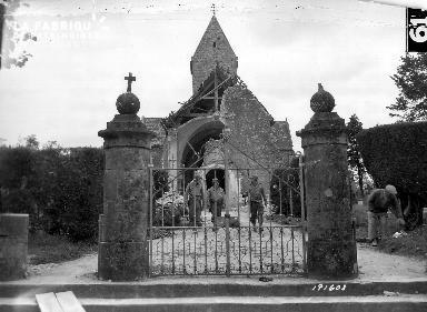 Soldats américains sortant d'une chapelle