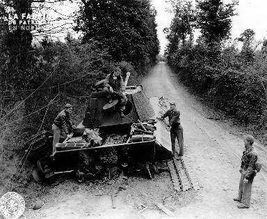Découverte d'une épave d'un char d'assaut allemand par des soldats américains dans le bocage.