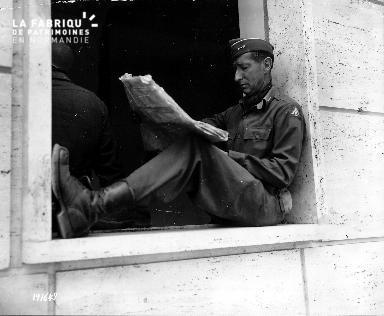 Rome, le 12 juin 1944 - Le Lieutenant-General Mark Wayne Clark lit son journal.