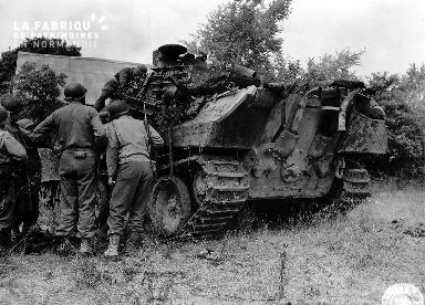 Inspection d'un char d'assaut par des soldats américains