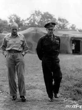 Généraux Eisenhower et Montgomery dans un campement militaire